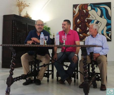 El escritor Antonio García Barbeito presenta la exposición, junto al concejal de Cultura, José Fernández Rivera, y el pintor Antonio Rodríguez Agüera.