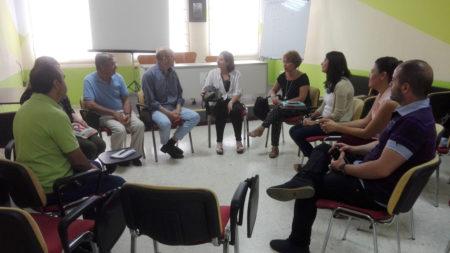 La concejala de Ubrique, con los representantes de Afemen en Arcos.