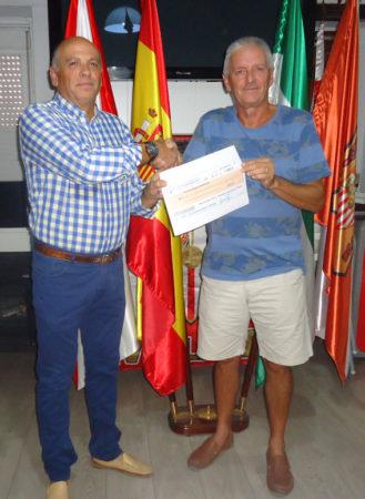 El presidente de la Peña Sevillista, Manuel Sígler, entrega el premio del sorteo a Francisco Eduardo Reina.