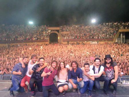 Manuel Carrasco y su equipo, en el escenario de la plaza de toros de Ubrique [Foto: facebook de Manuel Carrasco].
