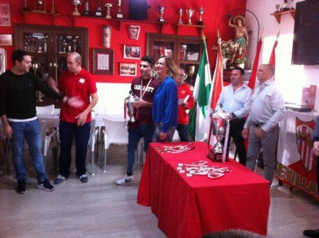 La alcaldesa entrega el trofeo de sumbcampeón al capitán del Oasis Lounge.