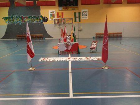Trofeos y banderas antes del comienzo de la final en el pabellón.
