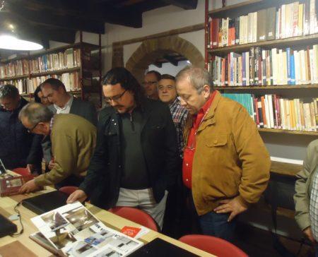 En primer término, el alcalde de Medina Sidonia, Fernando Macías, y el vicepresidente del Foro por la Memoria del Campo de Gibraltar, Andrés del Río; detrás, el historiador Antonio Morales Benítez, en la biblioteca.