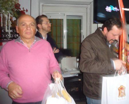El presidente de la Peña Sevillista, Manuel Sígler, con los directivos Joseda Gómez y Juan Luis Ríos, en la entrega de regalos.