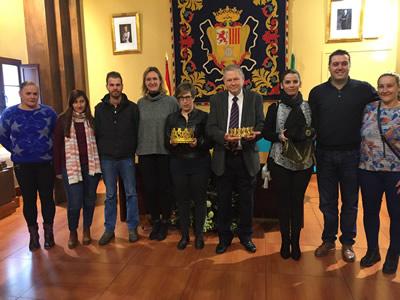 Presentación de las personas que encarnan a los Reyes Magos, el 7 de diciembre en el salón de plenos, con la alcaldesa.