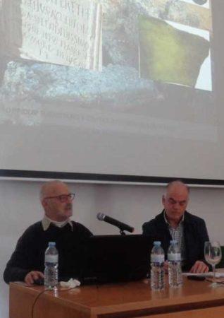 Ponencia del arqueólogo Francisco Giles Pacheco, junto al co-director de las Jornadas, Fernando Sígler.