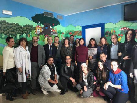 Profesores y alumnos del IES Las Cumbres, representantes políticos y personal sanitario, en la sala de espera de Pediatría.