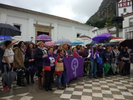 Concentración en la Plaza del Ayuntamiento a mediodía del 8 de marzo de 2018 (Foto: M. González).