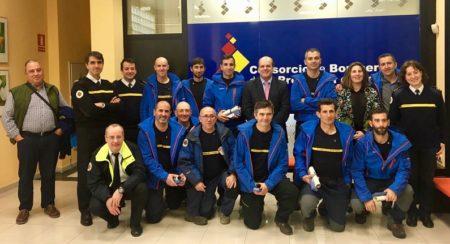 Los bomberos del Grupo de Rescate en Montaña de Ubrique, con el presidente y el gerente del Consorcio y la concejala de Seguridad Ciudadana.