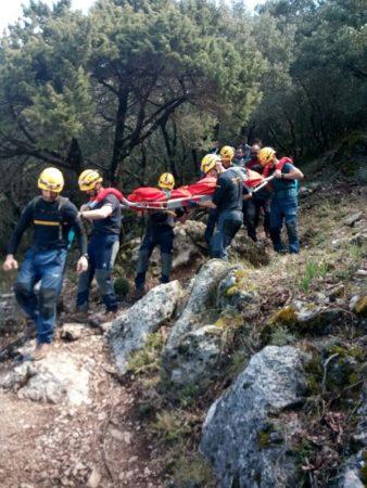 Los bomberos de Ubrique trasladan al senderista que sufrió un infarto.