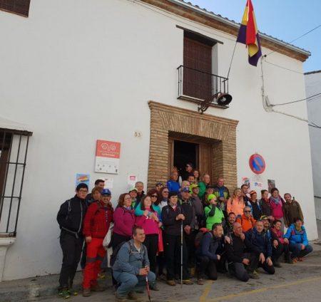 Participantes en la visita guiada, ante la Casa de la Memoria.