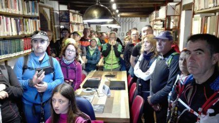 Los participantes en la visita guiada, en la biblioteca de la Casa de la Memoria.
