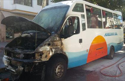 El microbús, tras el incendio.