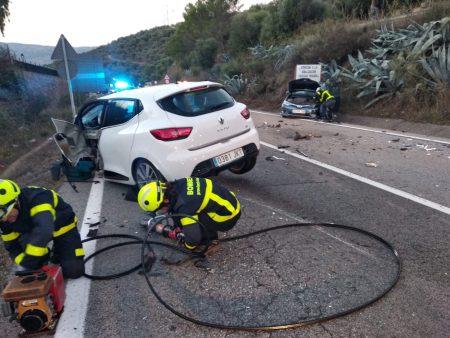 Los vehículos implicados en el accidente y los bomberos durante su intervención.