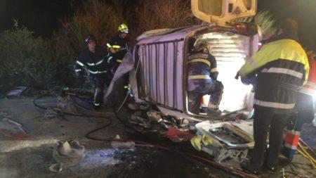 Actuación de los bomberos para rescatar a las personas que viajaban en uno de los vehículos siniestrados.