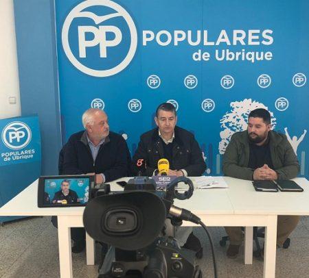 Antonio Sanz, con Manuel Toro, en rueda de prensa en Ubrique.