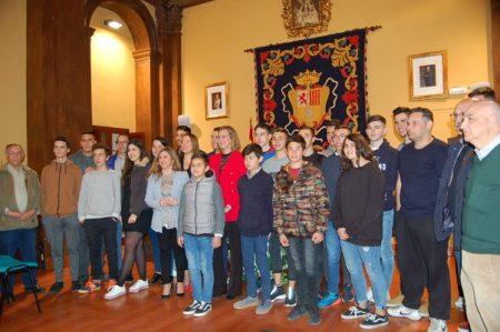 Integrantes de la Banda Municipal de Música, con su director, junto a la presidenta de la Diputación y la alcaldesa.
