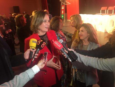 La candidata socialista Isabel Gómez atiende a los medios de comunicación.