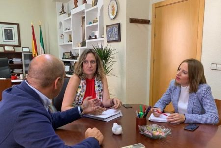 La alcaldesa, Isabel Gómez, con Ana Carrera y Manuel Ángel Chacón.