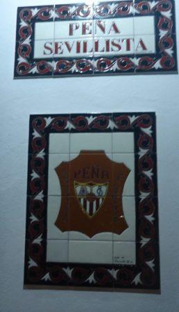 Cerámicas con rótulo y escudo de la Peña Sevillista.