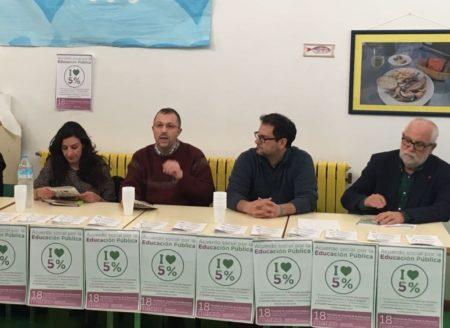 El responsable provincial del área de Educación de IU de la provincia de Cádiz, Ángel Fernández, en una reunión en defensa de la enseñanza pública.
