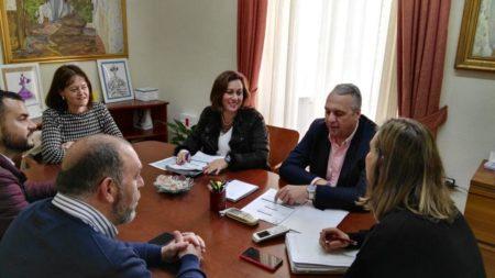 El diputado provincial de Desarrollo Económico, Juan Carlos Ruiz Boix, con la alcaldesa, Isabel Gómez, y personal técnico y político.