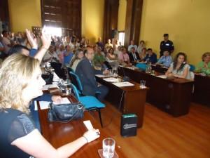 Los concejales socialistas votan a su candidata, Isabel Gómez.