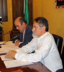 José García Solano (IU), presidiendo la mesa de edad en el pleno de investidura, junto al secretario.