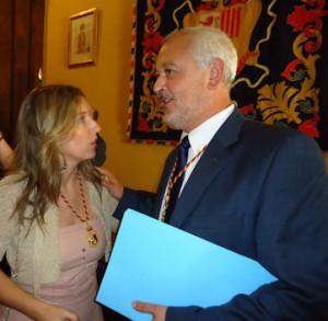 El nuevo alcalde, Manuel Toro (PP), recibe la felicitación de María José Rubiales (PA).