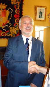 Manuel Toro, felicitado tras ser elegido alcalde.