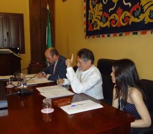 José García Solano (IU), presidente de la mesa de edad del pleno de investidura, junto con Atienza (PP) y el secretario, Joaquín Coveñas