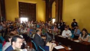 Concejales y público en la sesión de investidura en la ermita de San Pedro.
