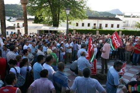 El secretario local de CCOO, Francisco Rubio, se dirige a los manifestantes en el Jardín