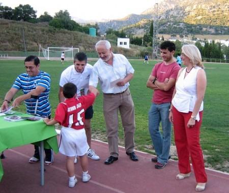 Manuel Toro entrega una de las fotos del curso a un alumno de la Escuela Municipal de Fútbol  (Foto: www.ppubrique.es)