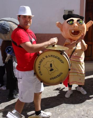 Cabezudos y miembro de la Charanga Bandgrup, en la Feria Chica