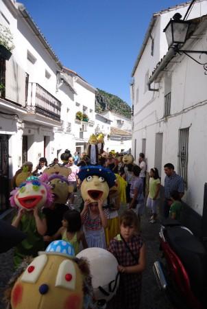 Gigantes y cabezudos de la Feria Chica, por la calle Torre