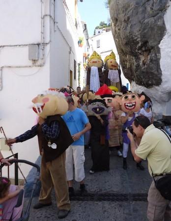 Gigantes y cabezudos de la Feria Chica, por el Peñón de la Becerra