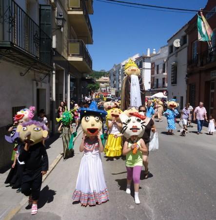 Gigantes y cabezudos, por la calle Moreno de Mora