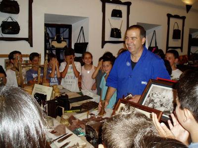 Paco Solano explica a los alumnos del colegio Fernando Gavilán los detalles del Museo de la Piel
