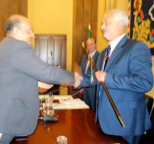 Manuel Toro (PP) recibe el bastón de mando de manos de Javier Cabezas (PA)