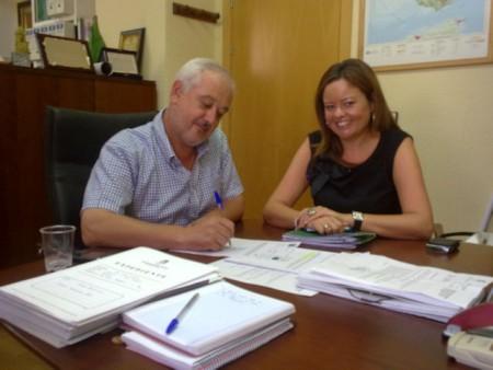 El alcalde de Ubrique, Manuel Toro, y la delegada provincial de Medio Ambiente, Silvia López
