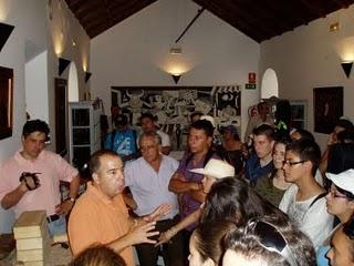 Peregrinos colombianos atienden las explicaciones de Paco Solano en el Museo de la Piel de Ubrique.