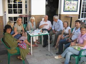 La alcaldesa de Cádiz, Teófila Martínez, con el alcalde de Ubrique, Manuel Toro, y concejales del equipo de gobierno (Foto: www.ayuntamientoubrique.es).