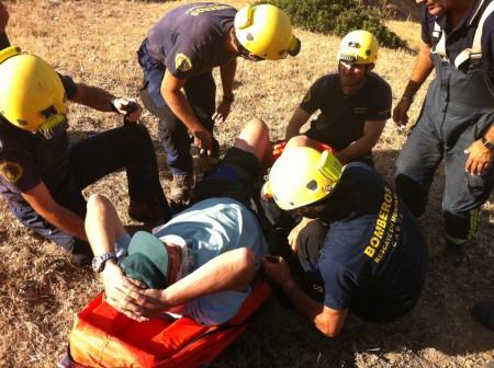 Bomberos del grupo de rescate en montaña de Ubrique, con el parapentista herido en la sierra de Líjar.