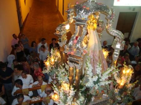La imagen de la Patrona, llevada en procesión por el casco antiguo de Ubrique por la Hermandad de Nuestra Señora de los Remedios el 8 de septiembre de 2011.