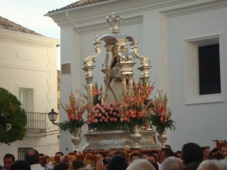 Salida de la procesión de la parroquia por la puerta de La Plaza.