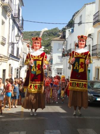 Los gigantes y cabezudos, por la calle San Sebastián.