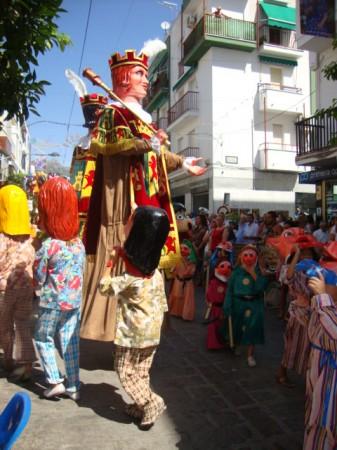 Baile de gigantes y cabezudos en la avenida de España.