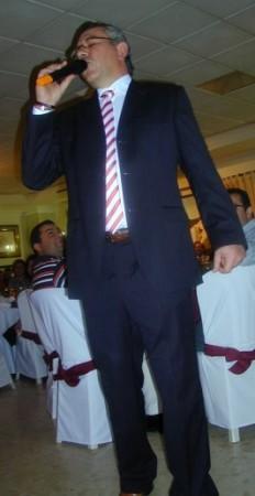 Jerónimo Gómez Lobo, durante la interpretación de un pasodoble en la cena del XXV aniversario de la Peña Sevillista de Ubrique, en 2008.