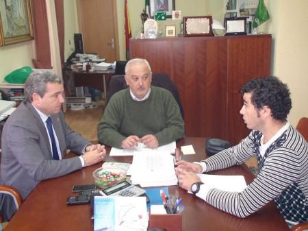 El diputado provincial Juan José Marmolejo, con el alcalde, Manuel Toro, y el concejal de Deportes, Víctor Chaves.